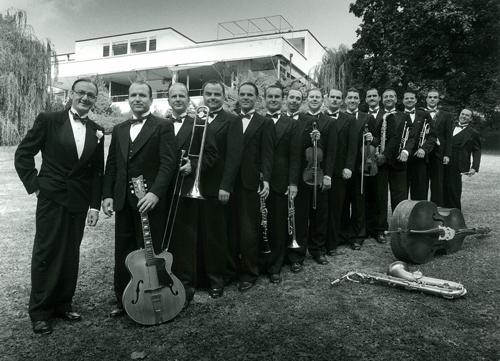 Ondřej Havelka a Melody Makers před vilou Tugendhat