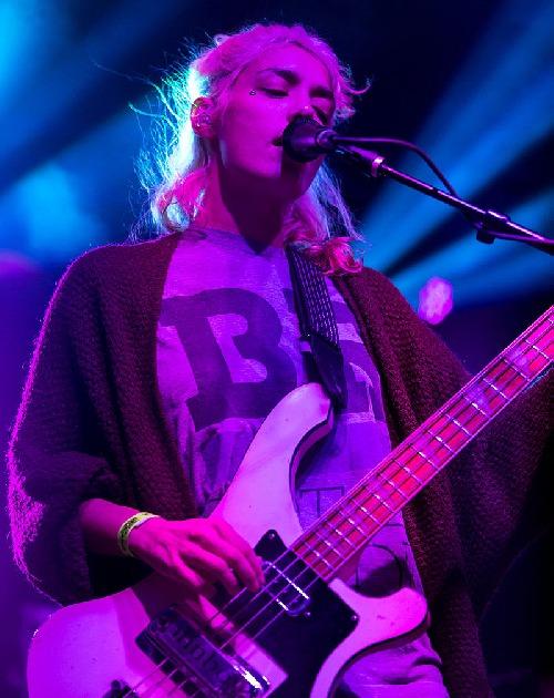 Jenny Lee hrající na bass kytaru na UTOPiAfest ve městě Utopia, Texas, USA, 13. září 2014